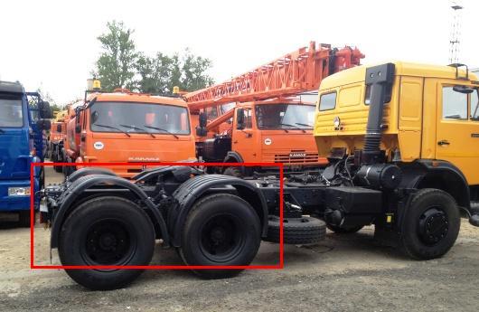 Седельный тягач КАМАЗ с деформированными крыльями колёс задних мостов